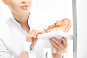 Piszczenie w aparacie słuchowym – z czego może wynikać?